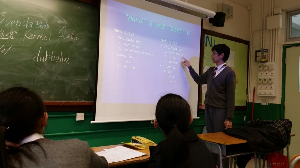 A student teaching Swedish grammar to his schoolmates