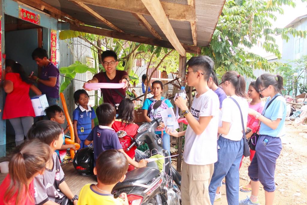 Cambodia 1 在家訪時送上的不只是氣球,還有愛心 copy